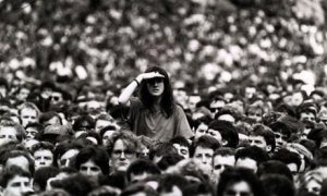 woman-peering-over-crowd-001